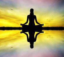 Yoga silhouet bij zonsondergang