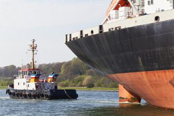 Tanker und Schlepper auf dem Nord-Ostsee-Kanal in Kiel, Deutschl