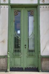Alte grüne Tür in Wien 1