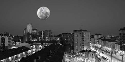 Milano di notte con la luna