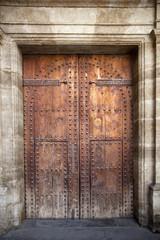 Puerta de iglesia con remaches