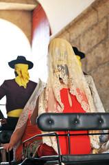 Mujer española con mantilla en un coche de caballos, España
