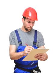 Bauarbeiter mit Klemmbrett bei Kontrolle