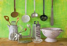 Różne zabytkowe naczynia