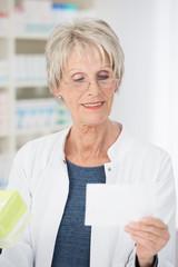 apothekerin vergleicht rezept und medikament