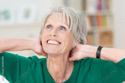 Leinwanddruck Bild ältere dame hält hände an den nacken