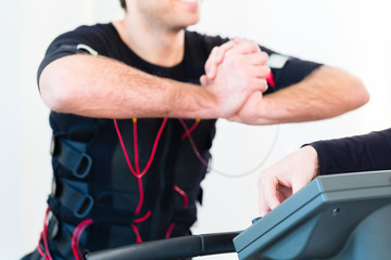 Trainer gibt EMS Training