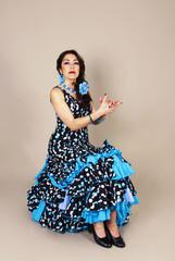 Mujer bailando sevillanas