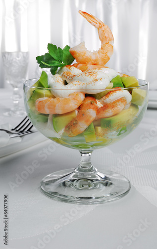 Shrimp with avocado yogurt and red pepper
