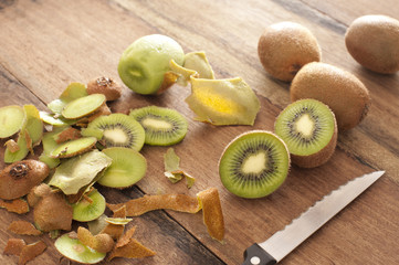 Peeling and slicing kiwifruit for dessert