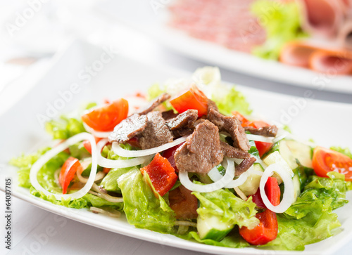 Vegetable salad with beef