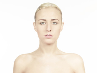 Frontale Beautyaufnahme einer Frau