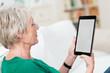 seniorin liest mit tablet-pc