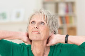 ältere frau mit verspanntem nacken
