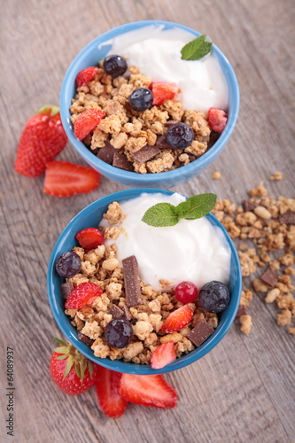 granola,fruit and yogurt