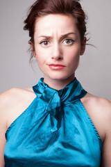 Portrait mode belle jeune femme expressive