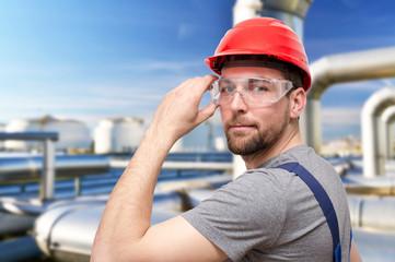 Arbeiter im Fabrikgelände // Workmen