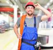 lächelnder Arbeiter in der Industrie