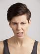 Junge, braunhaarige Frau streitet