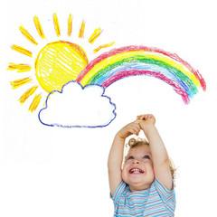 Kleines Kind streckt seine Arme zu Sonne und Regenbogen