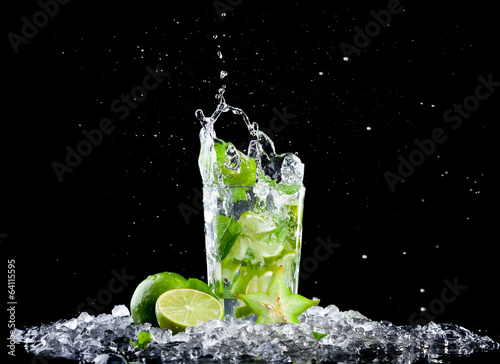Foto op Canvas Opspattend water Ice mojito drink with splash