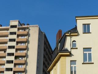 Hochhaus und Altbau mit beigefarbener Fassade in Gießen