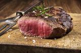Fototapety Steak auf altem Schneidebrett