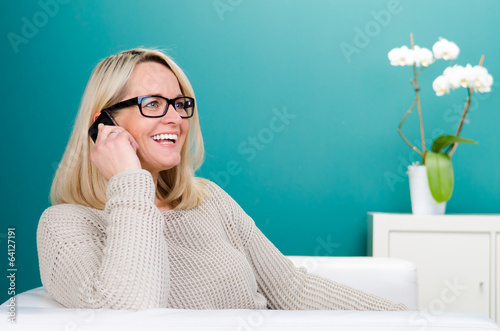 lachende ältere frau am telefon