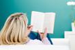 entspannt im liegen ein buch lesen