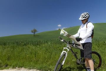 uomo in bicicletta consulta cartina stradale