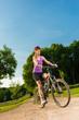 junge frau mit dem fahrrad unterwegs