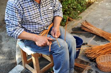 Artesano del mimbre trabajando, España