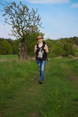 junge Frau geht Wandern