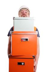 Mann mit Bauhelm trägt Kisten
