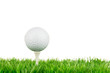 golfball liegt auf dem tee
