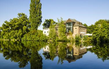Spiegelung eines Hauses in der Ruhr in Muehlheim