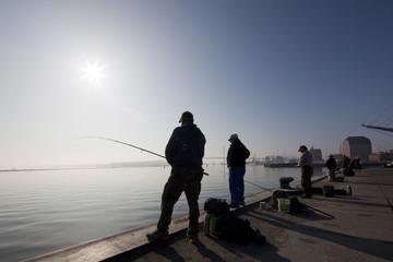 Angler am frühen Morgen