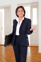 Geschäftsfrau mit Aktentasche im Büro