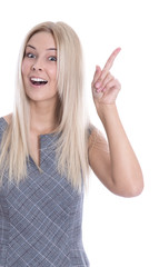 Lächelnde blonde mit erhobenem Zeigefinger