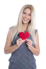Lächelnde junge Frau mit einem Herz in rot in der Hand