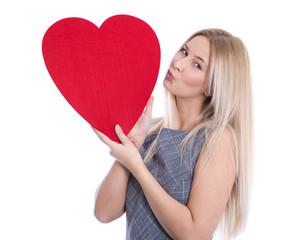 Junge attraktive Frau isoliert mit Herz in Rot