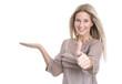 Begeistert lächelnder weiblicher Teenager empfiehlt ein Produkt