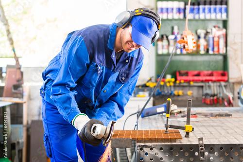 Handwerker sägt mit Trennschleifer Flex