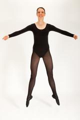 Die junge Balletttänzerin springt in die Luft