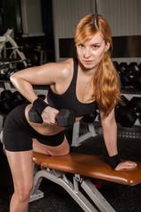 Dame aufgestützt auf Bock / Training einarmiges Rudern