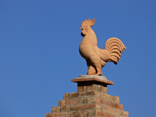 gallo di terracotta su comignolo