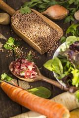 Linsen roh auf einer Schaufel mit Gemüse