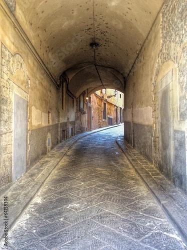 vicolo nel centro storico di firenze - 64158304
