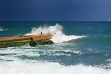 viejo dique batido por las olas