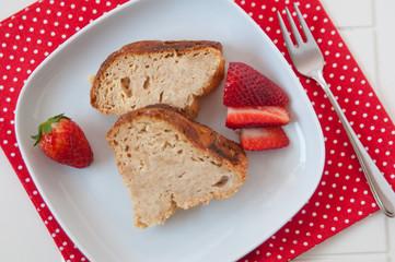 Vanille Gugelhupf mit Erdbeeren